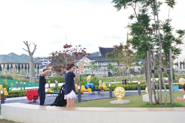 Moradora de Brunei com roupas curtas