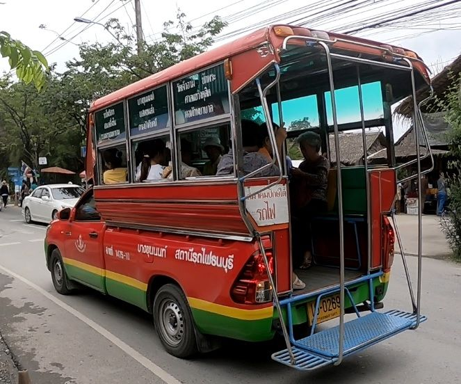 Caminhonetes que levam do Taling Chan ao Lad Mayom