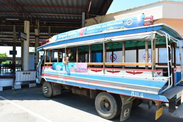 Ônibus em Sukhothai