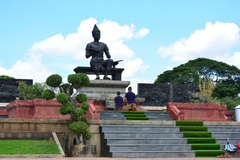 Estátua de bronze do rei Ramkhamhaeng, na zona arqueológica de Sukhothai
