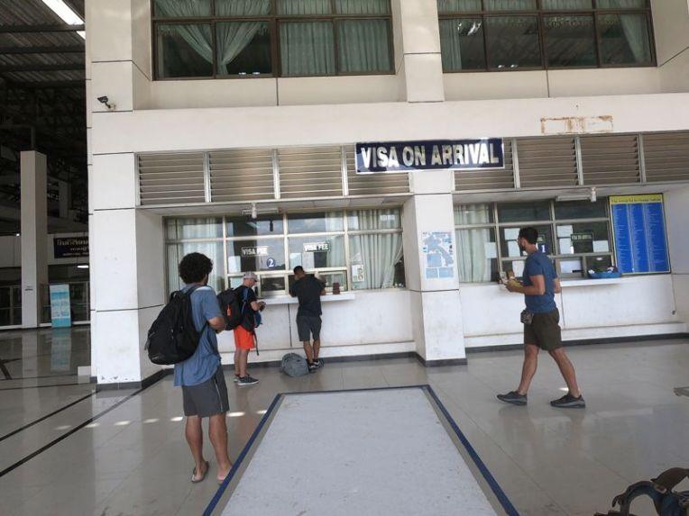 Guichê onde se paga o visto do Laos