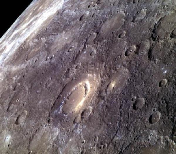 Gelo nos pólos de Mercúrio