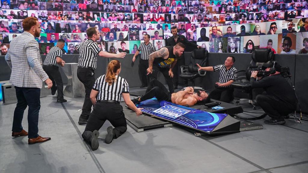 Kevin Owens tras derribar a Roman Reigns