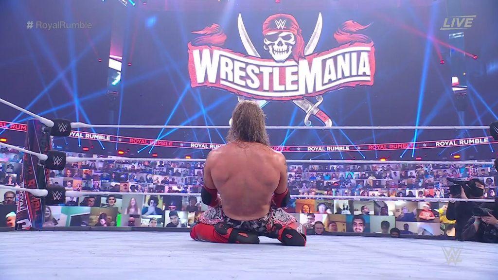 Edge con el cartel de WrestleMania de fondo
