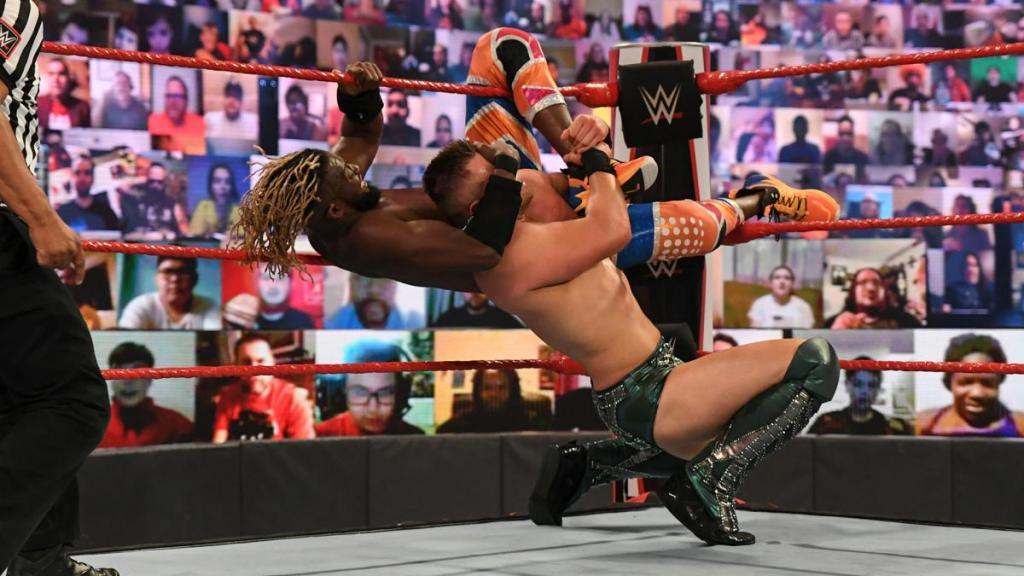 Kofi y The Miz durante su combate en Raw