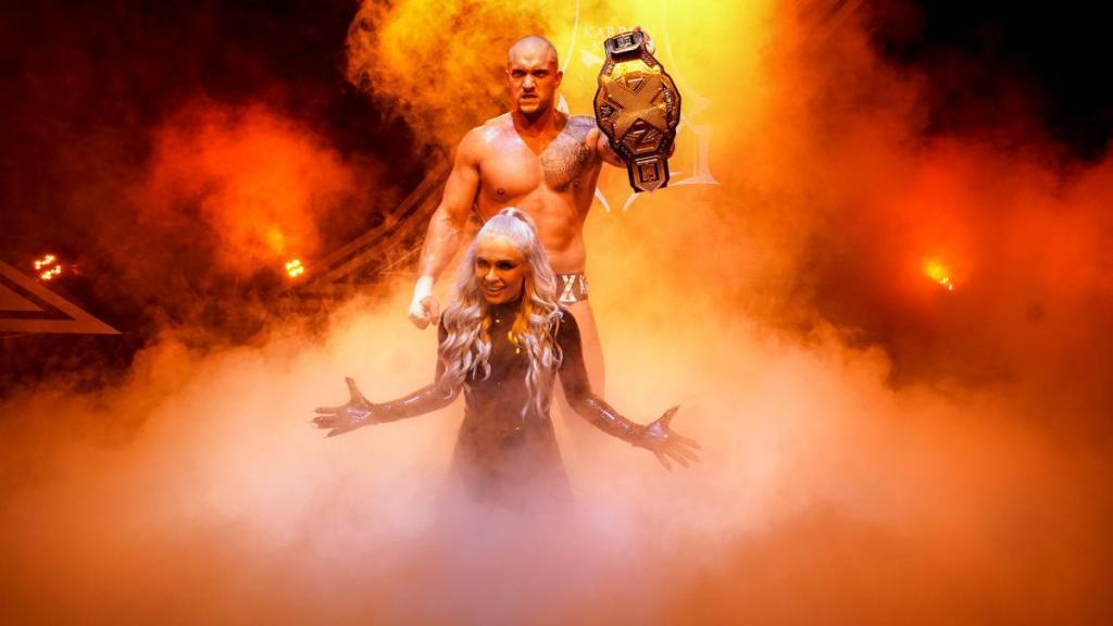 Karrion Kross levantando el cinturón de NXT