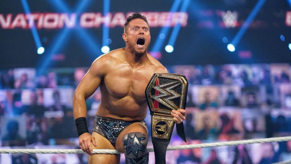 The Miz con el cinturón de WWE