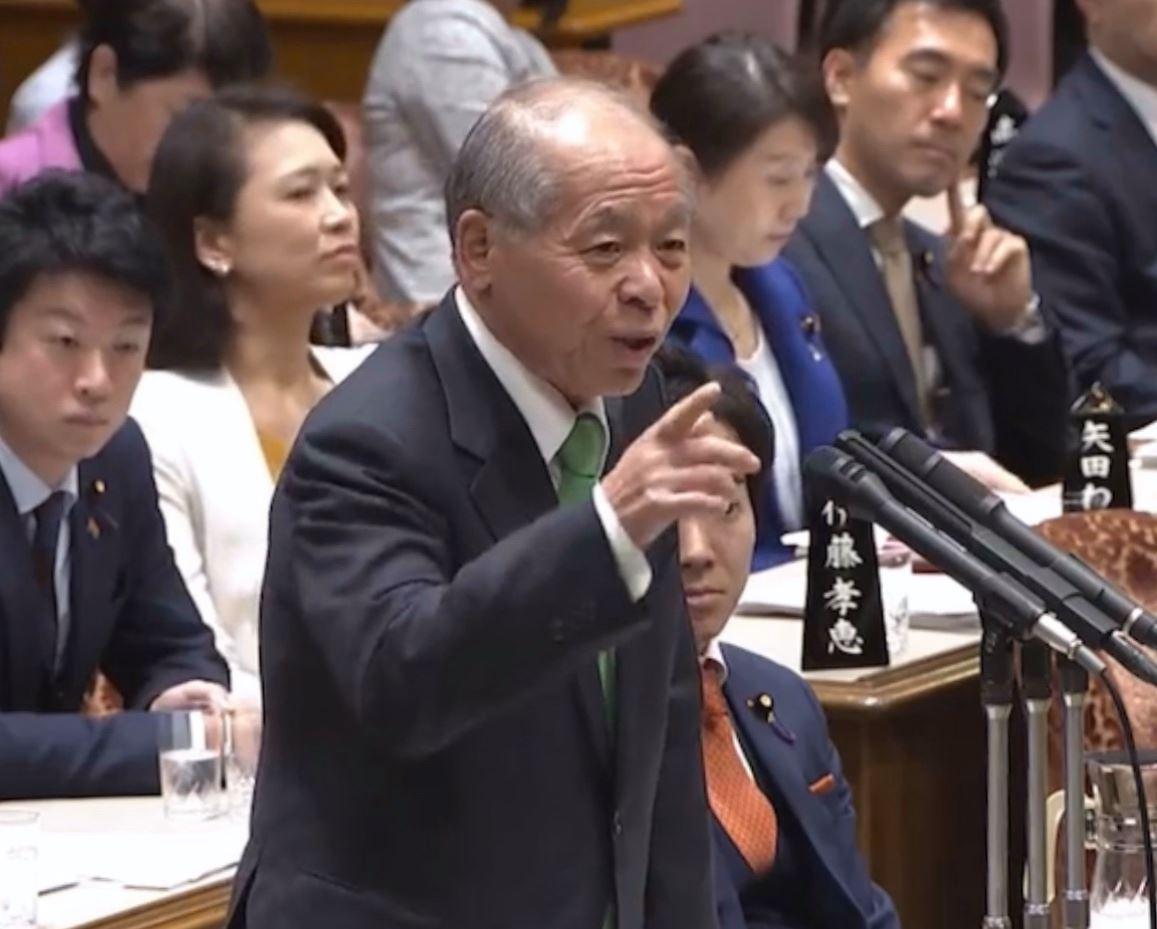 時事通信 参院予算委員会で質問する日本維新の会の鈴木宗男氏=30日午後、国会内