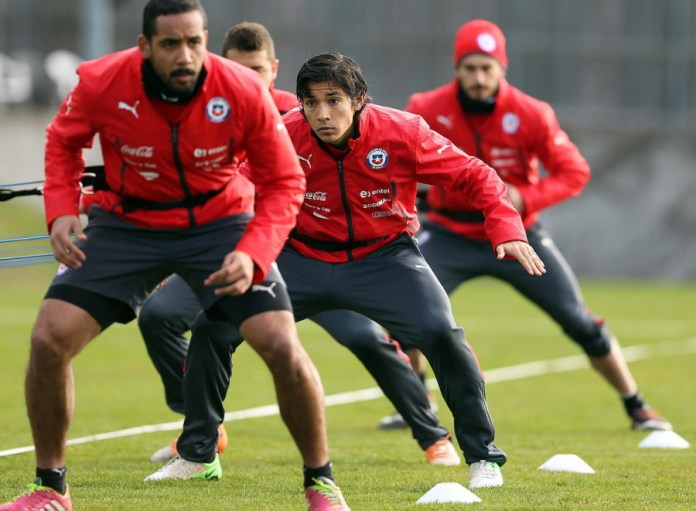 Chilean national soccer player Matias Fernandez (C) during a training session at Sport Complex Ruit in Stuttgart, Germany, 04 March 2014. Chile will face Germany in an international friendly soccer match in Stuttgart on 05 March 2014. EPA/CARLOS PARRA
