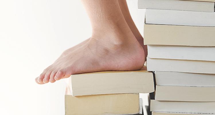 Pies sobre libros