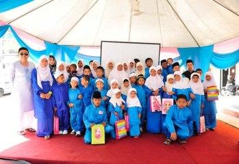 Anak-anak Yatim dan Miskin Baiti Saidati Khadijah bergambar bersama Pengarah Urusan Ana Muslim, Tn Hj Othman dan isteri.
