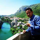 Jambatan lama Mostar dengan air sungai Neretva yang jernih menghijau.