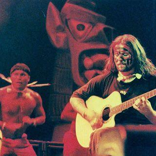 Sepultura tocando ao vivo com Índios Xavantes