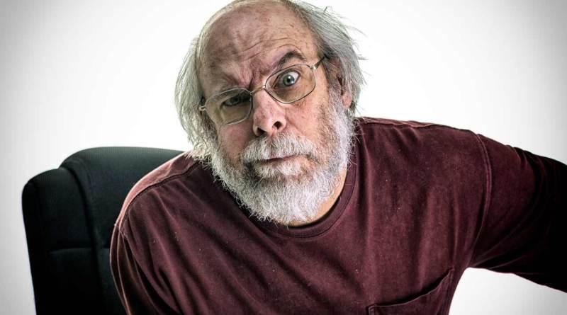 Um homem idoso mal-humorado