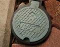 屋外にある水栓バルブが固着していたら鉄パイプでテコの原理ですよ奥さん
