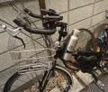 【ペットボトルのゆくえ】ママチャリにも取り付くスパイダーマンみたいな自転車のドリンクホルダーが超オススメ。スタバのトールサイズがぴったりフィットする。/【製品】サイクルボトルケージ(RUNACC)