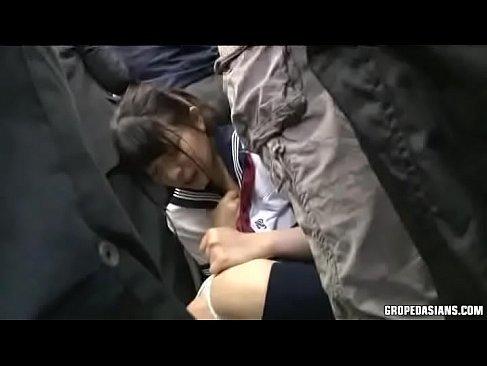 通学中の美巨乳美少女が友達の目の前でおまんことアナルを弄られイラマチオされるれイプ 動画 38.5度