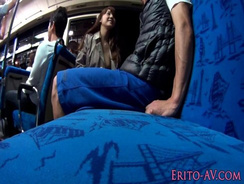 AV女優のみづなれいが全裸にトレンチコートのままバスで逆痴漢してるれイプ 動画 38.5度 動画