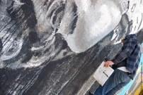 Matt C Ellis con su boceto en la mano mientras pinta