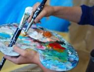 Pinceles y pinturas de colores