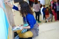 Los niños regresan a clase después del patio y observan el mural