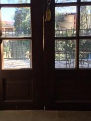 Ser du ljusspringan mellan dörrarna?