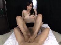 【おばさん】美人な熟女女優澤村レイコが淫乱なS女になって男達を責めていくおばさんの動画