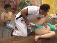 【熟女人妻】お試しのエステで夫の目の前で欲情しマッサージ師に寝取られていく人妻熟女の動画