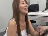 【熟女人妻】50代熟女OLが欲情して会社で部下に迫り豊満な体でセックスするオバチャンノ-パン