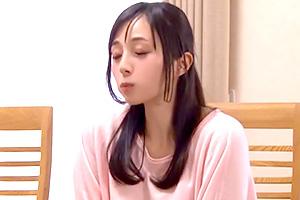 鈴原エミリ 姉の柔尻に思わず勃起!リビングで親にバレないようにこっそりハメる…の画像です