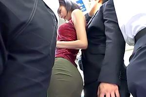 湊莉久 バス痴漢。ミニスカ女子大生の巨尻に男のチンポがジャストフィット!の画像です