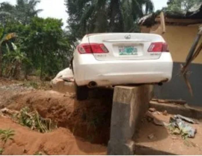 Speeding driver kills himself and a female pedestrian in a lone accident