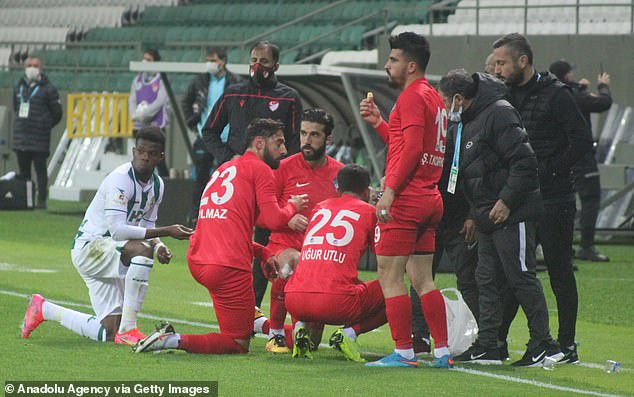 Players break their fast for Ramadan during a game in Turkey (video)