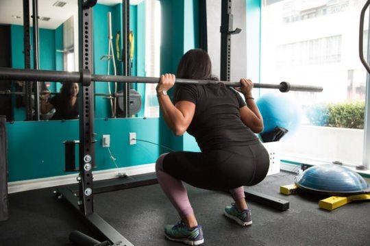 スクワットで膝が内側に入って痛みがある時の3つの対処法【ゴムバンドを使ってスクワットをする】