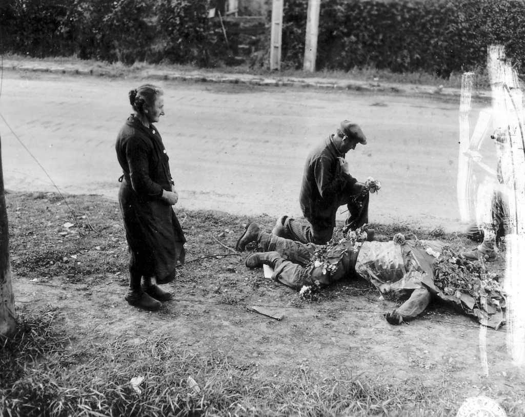 Les habitants se recueillent devant le corps d'un Soldat américain