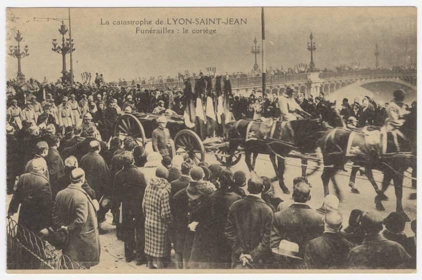 Photographie : le cortège funéraire des victimes de la catastrophe, suivi par une grande partie de la population lyonnaise