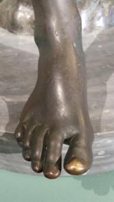 #MuseumMastermind Domanda facile facile per la pausa pranzo: di chi è questo piede? Indizio: non è Cenerentola!
