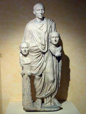 #MuseumMastermind Perché quest'uomo patrizio porta con sé due teste? Dove sta andando? #MuseumWeek @ZetemaCultura
