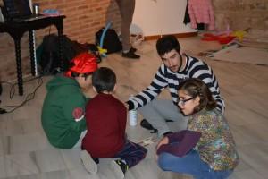 Uno de los monitores con niñ@s participantes durante uno de los talleres