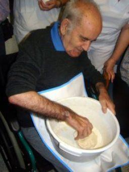 Uno de los residentes trabaja la masa del pan