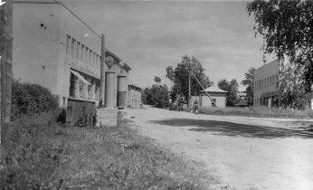 Osuuskauppa vasemmalla, kuva 1930-luvulta. Kuva: Mäntyharjun museo.