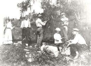 Muikkuverkkojen selvitystä Tainassa 1910-luvun alussa. Kuva: Mäntyharjun museo, kuvaaja: Raine Saarinen.