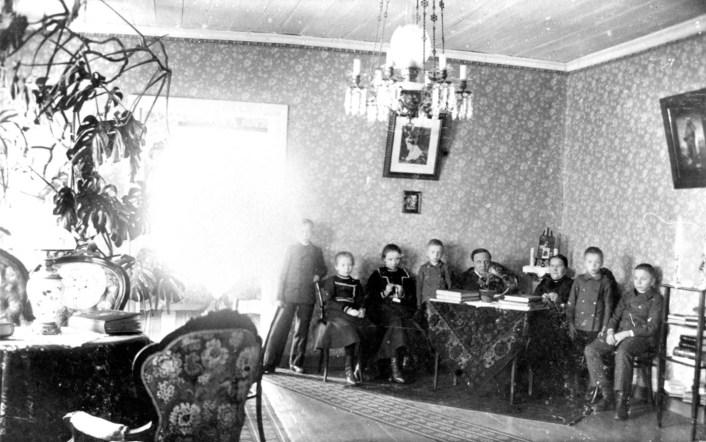 Viktor Bernerin perhe Iso-Pappilan salissa 1900-luvun alussa. Kuva: Mäntyharjun museo.