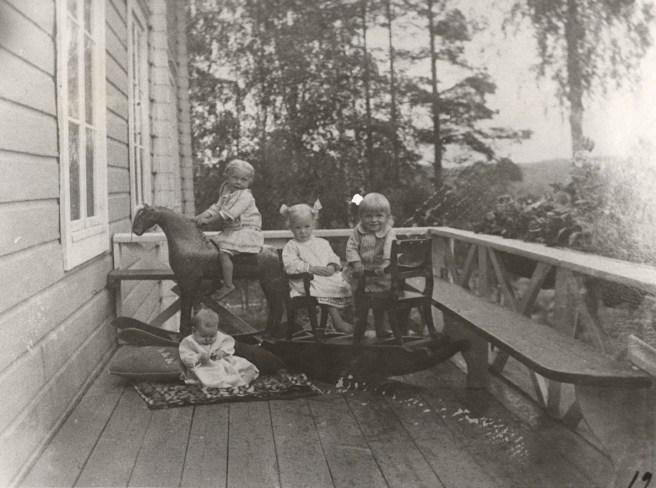 Lapsia Iso-Pappilan takakuistilla vuonna 1913. Kuva: Mäntyharjun museo.