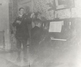 Viki Saloheimo Iso-Pappilassa vuonna 1915. Kuva: Mäntyharjun museo.