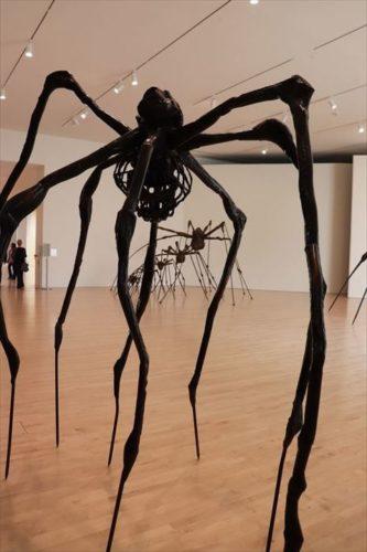 ルイーズ・ブルジョワの作品。六本木ヒルズでも見られますね。この方の作品も人気のようです