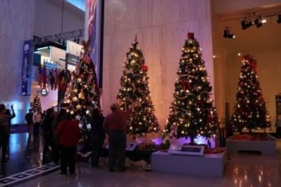 それぞれの国をテーマとしたクリスマス・ツリー