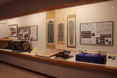 右にあるのはレプリカですが国宝の刀。本物は那覇市の歴史博物館が所蔵しているようです