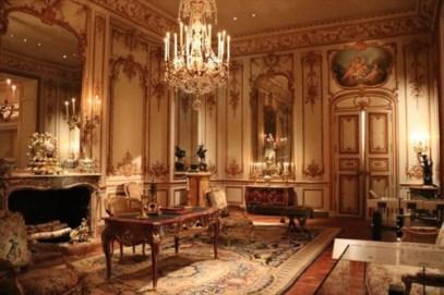 このような美しく豪華な部屋の展示もあります