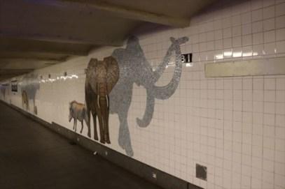 モザイクで動物たちが描かれていて、駅についた時から気分が盛り上がります